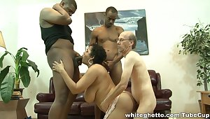 Hot lady with big brabazons does professional blowjob